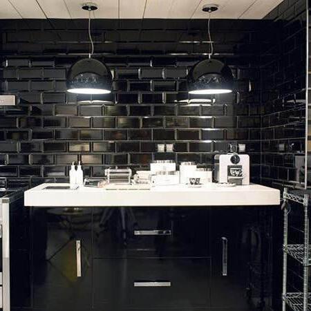 CRS Black Biselado Brillo 75x150mm_Stiles_Lifestyle_Image